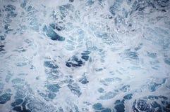 Blått havsvatten med skum Royaltyfria Foton