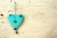 Blått   hjärtahand - som göras på en vit gammal trädörr Fotografering för Bildbyråer
