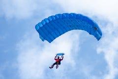 Blått hoppa fallskärm Arkivfoto