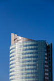 Blått hotelltorn under klar blå himmel Royaltyfri Foto