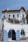 blått hus för bravacadaquescosta Arkivfoton