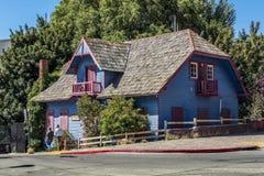 Blått hus i San Carlos de Bariloche royaltyfria bilder