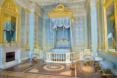 Blått imperialistiskt sovrum i den Gatchina slotten royaltyfri foto