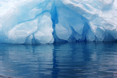 Blått isberg, Anarctica Arkivbild