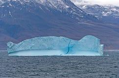 Blått isberg längs en avlägsen kust av Grönland Royaltyfria Foton