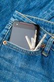Blått jeanfack med mobil- och dörrtangent Royaltyfria Bilder