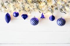 Blått julbaner, vitt trä, kopieringsutrymme Arkivbild