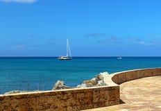 Blått karibiskt himmel och vatten Royaltyfri Fotografi