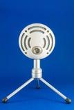Blått kastar snöboll Podcastkondensatormikrofonen royaltyfria bilder