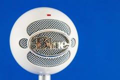 Blått kastar snöboll Podcastkondensatormikrofonen arkivfoton