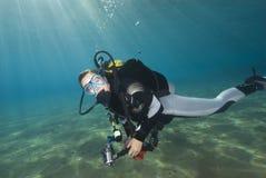 blått klart barn för dykarekvinnligvatten Arkivbilder