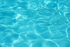 blått klart pölsimningvatten Arkivbilder