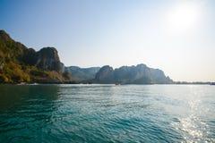 blått klart skyvatten Strand i det Krabi landskapet, Thailand Royaltyfri Bild