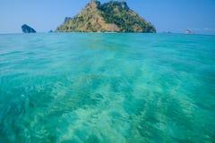 blått klart skyvatten Strand i det Krabi landskapet, Thailand Arkivbild