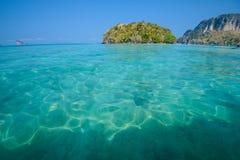 blått klart skyvatten Strand i det Krabi landskapet, Thailand Arkivfoto