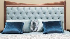 Blått klassiskt sovrum för inredesign som är grått och royaltyfri bild