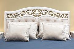 Blått klassiskt sovrum för inredesign som är grått och fotografering för bildbyråer