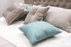 Blått klassiskt sovrum för inredesign som är grått och arkivbild