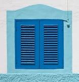 Blått kolonialt fönster på en vägg Royaltyfria Foton