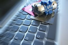 Blått kombinationslås på kreditkortar som föreställer bristning för Cybersäkerhetszoom Royaltyfri Bild