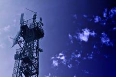 blått kommunikationssignaltorn Arkivbilder