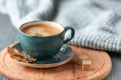 Blått koppwhithkaffe, stucken tröja, höstsidor på träbakgrund arkivfoto