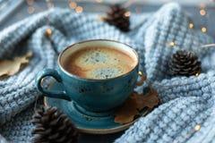Blått koppwhithkaffe, stucken tröja, höstsidor på träbakgrund royaltyfria bilder