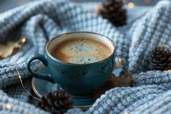 Blått koppwhithkaffe, stucken tröja, höstsidor på träbakgrund arkivbild