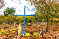 Blått kors på synberget i Medjugorje royaltyfri foto