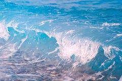 Blått krascha för havsvåg mot bakgrund field bl?a oklarheter f?r gr?n vitt wispy natursky f?r gr?s f?r dublin f?r bilstadsbegrepp arkivfoto