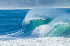 Blått krascha för havvågor royaltyfri fotografi