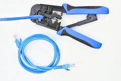 Blått krusa hjälpmedel med en datornätkabel Arkivfoton