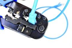 Blått krusa hjälpmedel med en datornätkabel Royaltyfri Bild