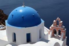 Blått kupolformigt tak, Santorini, Grekland Fotografering för Bildbyråer