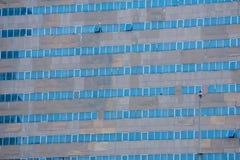 Blått kvicksilver som täcker glass fönster på höga grå färger, färgar tankeskapelsen arkivfoto