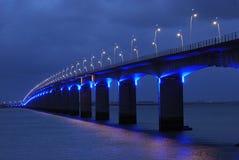blått l under viaduct Arkivfoton