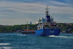 Blått lastfartyg Royaltyfria Bilder