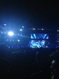 Blått ljus av nattpartiet vaggar konsert fotografering för bildbyråer