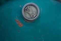 Blått lock för rostig metall Arkivfoto