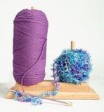 blått luddigt purpurt garn Arkivbild