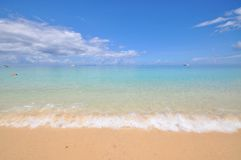 Blått lugna hav med vit sand Arkivfoto