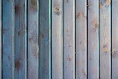 Blått målad träyttersida Lantliga naturliga trävertikala plankor med sprickor, skrapor för modern design, modeller arkivbilder