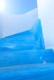 Blått målad trappuppgång på ett grekiskt hus Royaltyfria Bilder