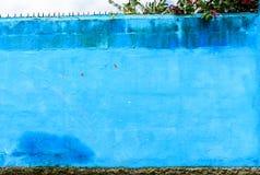 Blått målad yttre vägg i Central America fotografering för bildbyråer