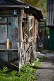 Blått målat tecken för för metallhusID-Märke eller gata med sex siffra på träväggen av ladugården nära ut ur lantligt hus för fok royaltyfria foton