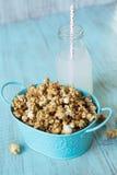 Blått mellanmål för Tin With Caramel Popcorn och citronsodavattenpop Arkivbild