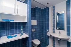 blått modernt för badrum Fotografering för Bildbyråer