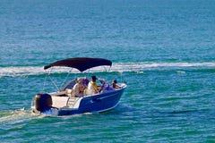 Blått motoriskt fartyg som svävar i havet Royaltyfria Bilder