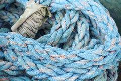 Blått nautiskt rep, closeupbakgrundstextur arkivfoto