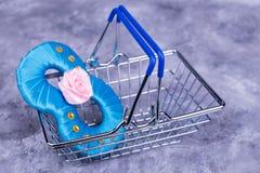 Blått nummer i shoppingkorg Fotografering för Bildbyråer